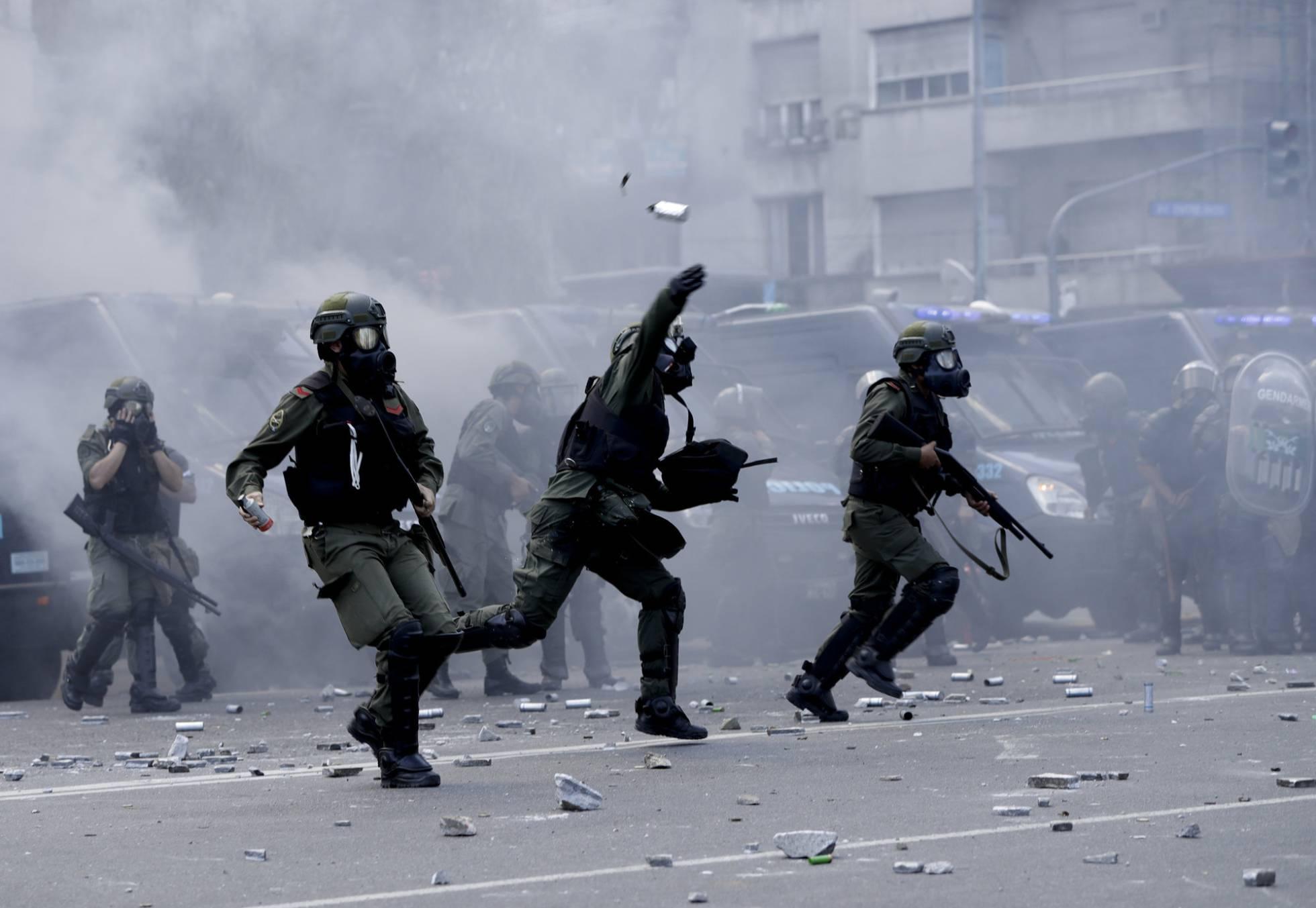 Incidentes graves levam à suspensão da reforma previdenciária na Argentina.
